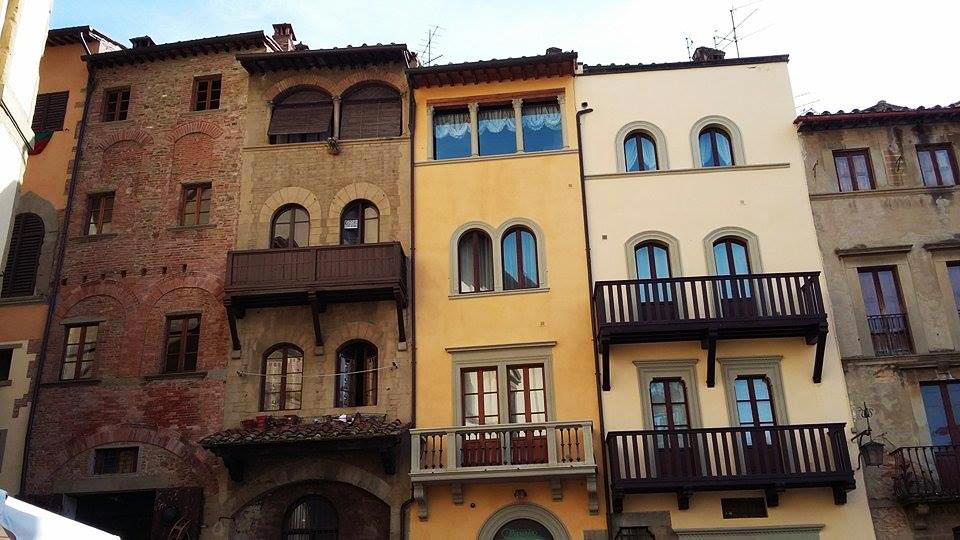 visitare Arezzo: case su piazza grande