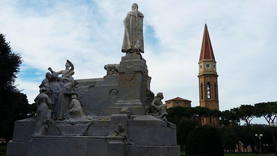 cosa visitare ad Arezzo: monumento petrarca