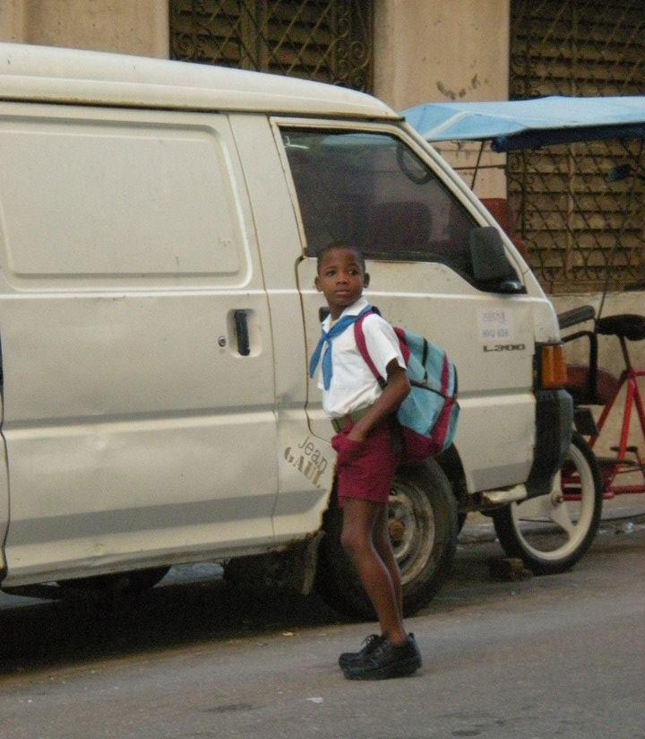 bambino che torna da scuola (cuba)