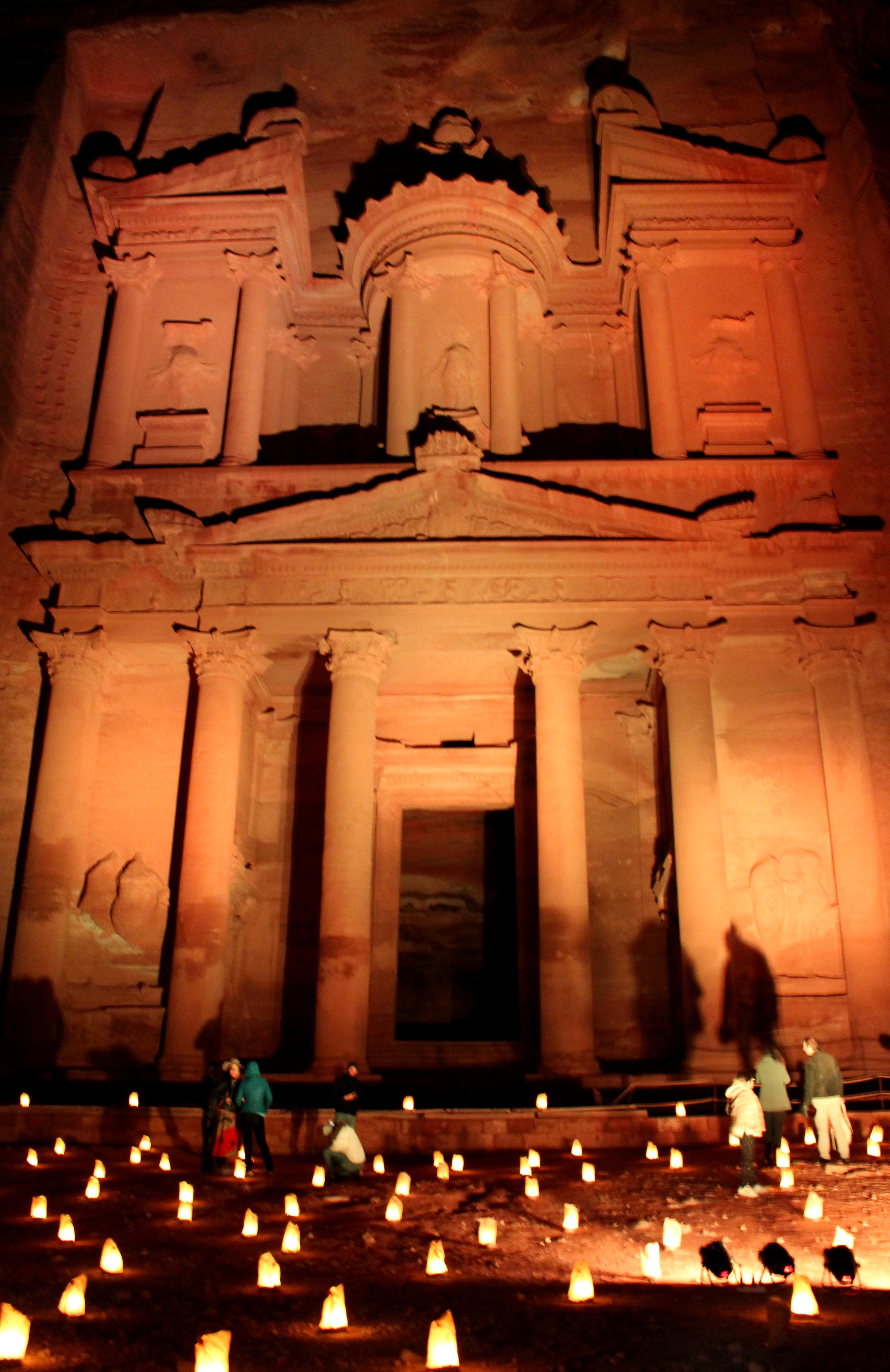 Visitare Petra di notte