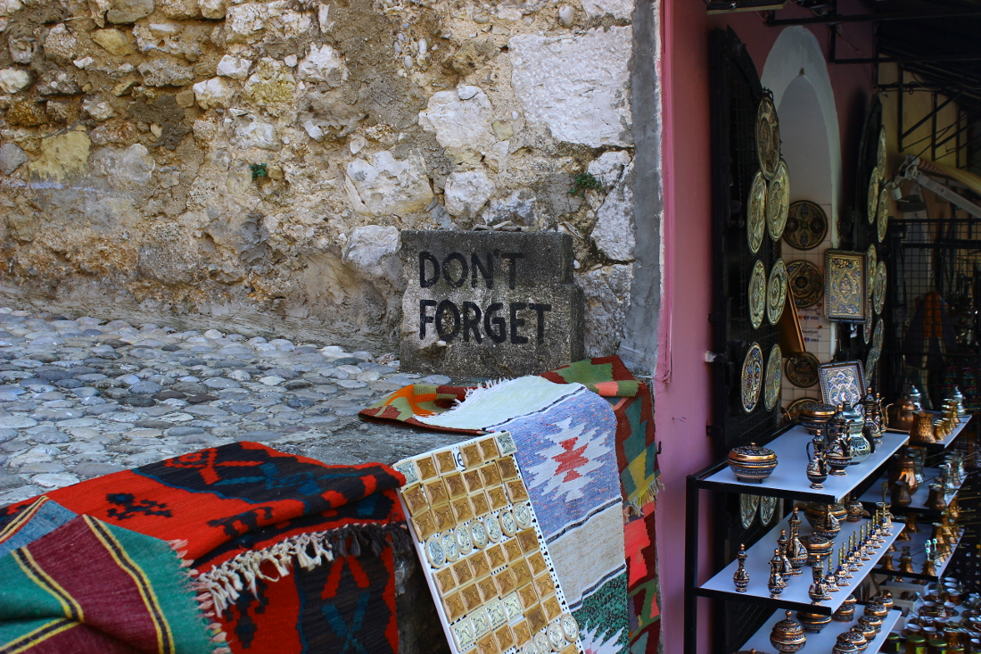 guerra in bosnia a mostar: cartello don't forget