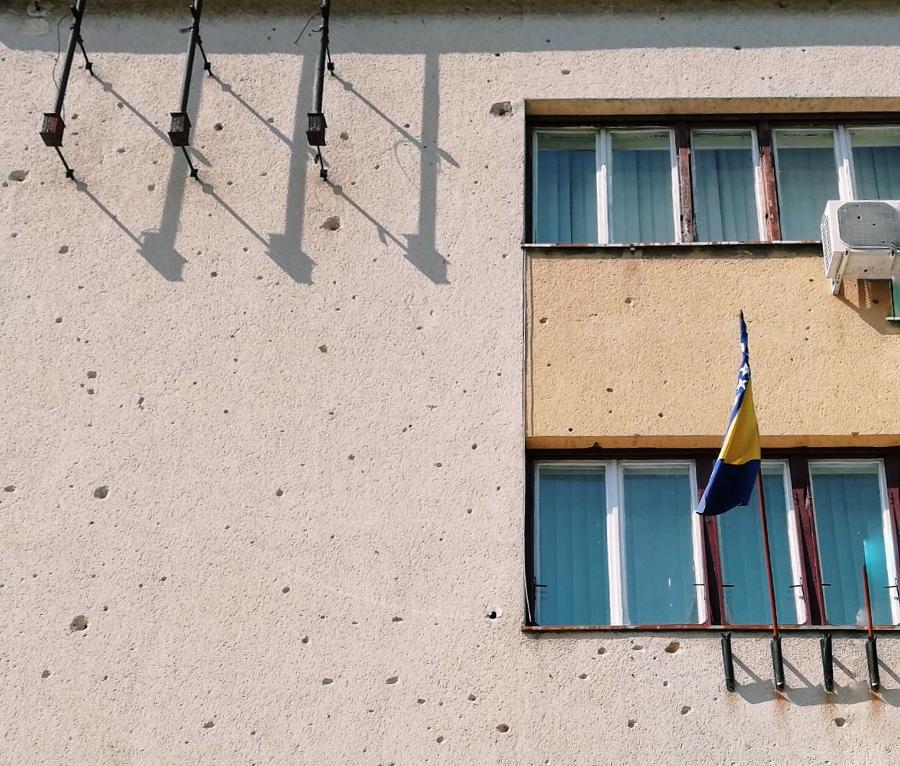 guerra in Bosnia segni di artiglieria sugli edifici di Mostar