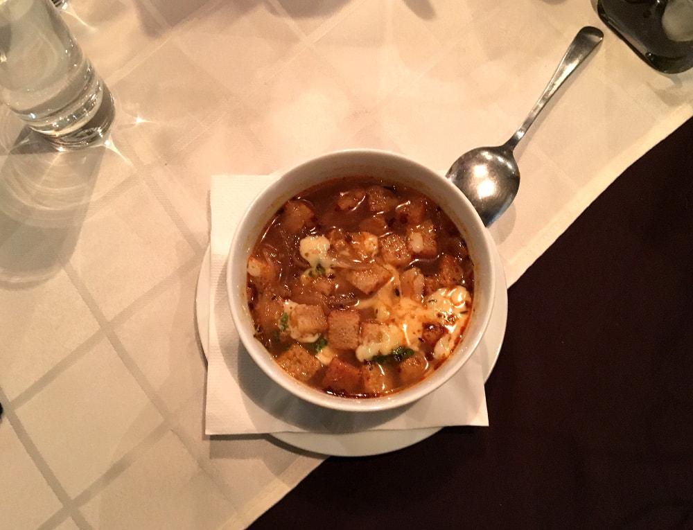 piatto tipico slovacco: zuppa di cipolle