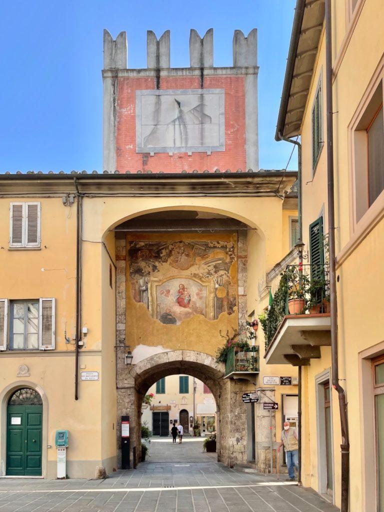 camaiore centro storico: porta lombricese